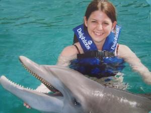 Manuela schwimmt mit Delfinen