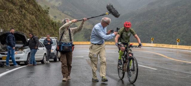 Guido Kunze im Regen - begleitet von seinem Filmteam