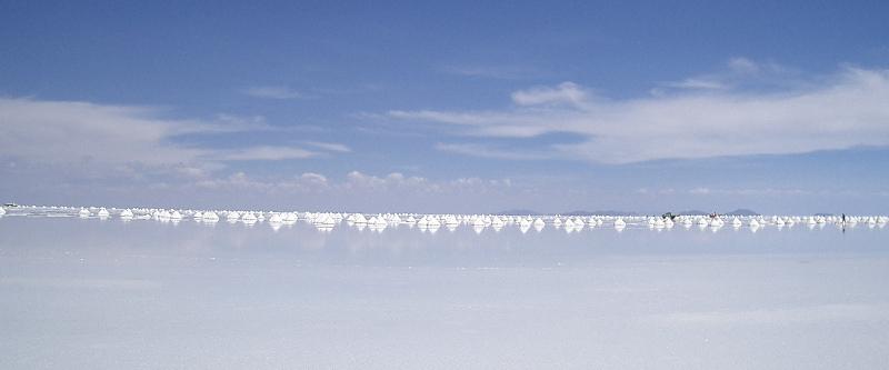 """Aufgehäuftes Salz im """"Salar de Uyuni"""""""
